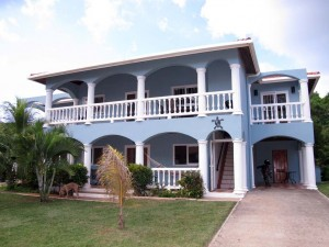 Family Friendly Spacious Affordable Condo Rental with pool in Sunset Villas West End Roatan